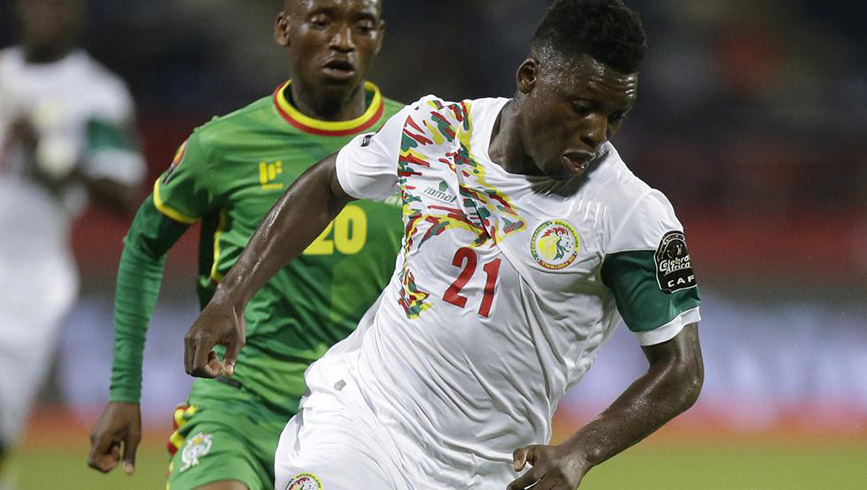 Senegal's Lamine Gassma (R) controls the ball with Zimbabwe's Khama Billiat (L) giving chase during their AFCON Group B clash at Stade de Franceville, Gabon, on Thursday January 19th, 2017. (AP Photo)