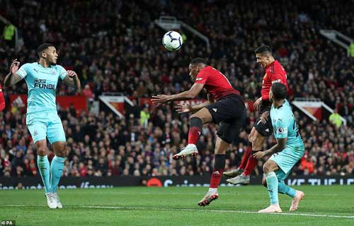 Substitute Alexis Sanchez heads late winner to complete superb comeback and ease pressure on Jose Mourinho as his side end run of four games without a win.