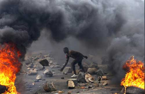A protester sets up a barricade during a protest against Burundi President Pierre Nkurunziza and his bid for a third term in Bujumbura, Burundi, May 22, 2015. File image courtesy of Reuters