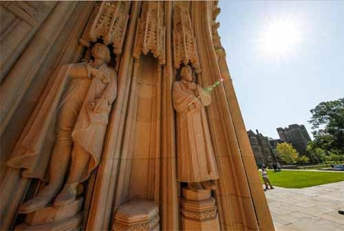 The empty plinth where a statue of Confederate commander General Robert E. Lee once stood is flanked by statues of Thomas Jefferson and the poet Sidney Lanier at the entrance to Duke University's Duke Chapel after officials removed the controversial statue early Saturday morning in Durham, North Carolina, U.S., August 19, 2017. Reuters photo