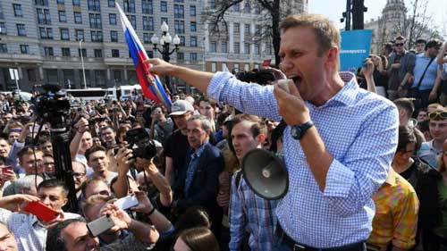 Russian police detain opposition leader Navalny during protest - Image credit - France 24