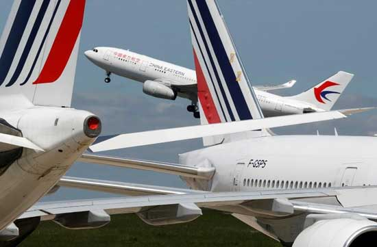 A passenger aircraft of China Eastern Airlines takes off at Paris Charles de Gaulle airport in Roissy-en-France during the outbreak of the coronavirus disease (COVID-19) in France May 19, 2020. REUTERS/Charles Platiau/File Photo