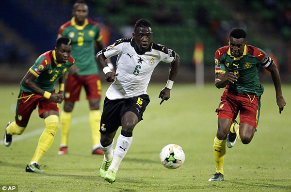 Ghana's Afriyie Acquah under pursuit from two B. Faso players at AFCON 2017