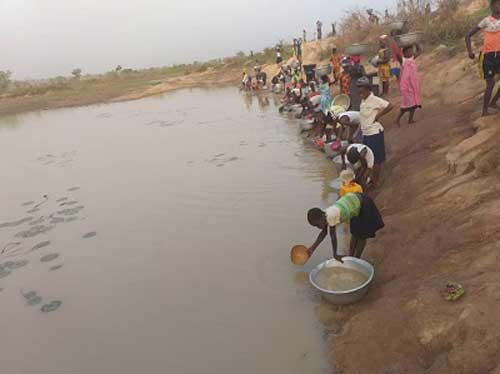 Women and children fetching water from the Sibi Dam