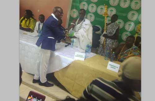 Oklepeme Nuer Anobaah Sasraku II, the Konor of Yilo Klo presenting Award to Oheneba Ntim Barima at the 1st public lecture on alternative medicine held. Image – Jeffrey Thompson