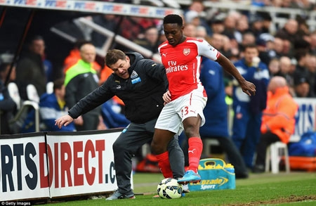 Newcastle boss John Carver tries to tackle Arsenal forward Welbeck during a feisty second half at St James' Park