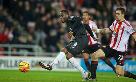Christian Benteke (9) scores to seal another valuable 1-0 victory for Liverpool on Wednesday night, as Jurgen Klopp's side edged out Sunderland.