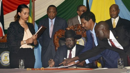 South Sudan President Salva Kiir, seated, signs a peace deal as Kenya's President Uhuru Kenyatta, center-left, Ethiopia's Prime Minister Hailemariam Desalegn, center-right, and Uganda's President Yoweri Museveni, right, look on in Juba, South Sudan, Aug. 26, 2015.