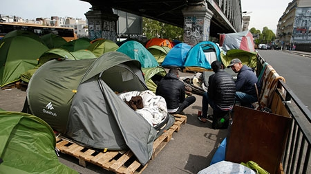 Paris: Leaders want fast expulsion of migrants from tent camp