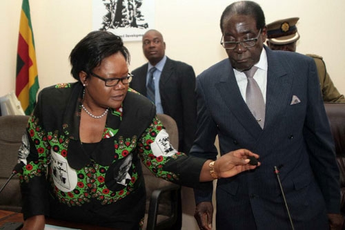 Robert Mugabe (right) and Vice-President Joice Mujuru at a meeting of the ruling ZANU-PF party at its headquarters in Harare on October 24, 2014