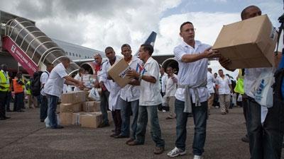 File:The first members of a team of 165 Cuban doctors and health workers unload boxes of medicines and medical material from a plane upon their arrival at Freetown's airport to help the fight against Ebola in Sierra Leone, on October 2, 2014.