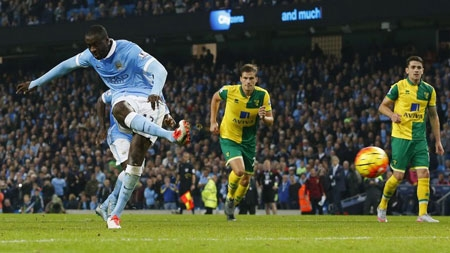 Yaya Toure puts Man. City back in front from the penalty spot