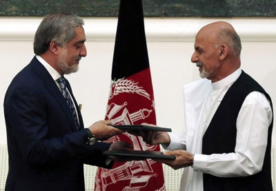 Afghan rival presidential candidates Abdullah Abdullah (L) and Ashraf Ghani exchange signed agreements for the country's unity government in Kabul September 21, 2014.