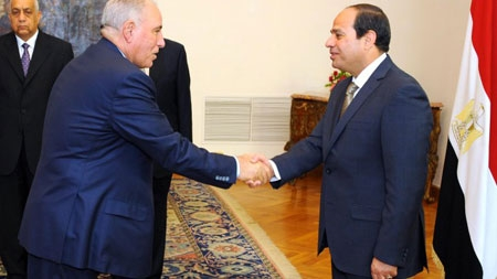 Egyptian President Abdel Fattah al-Sisi (R) shakes hands with Egypt's Justice Minister Ahmed al-Zind (L) during his swearing in ceremony in Cairo in May 2015.