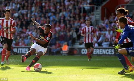 Anthony Martial powers Manchester Utd. to a 3-2 win over Southampton